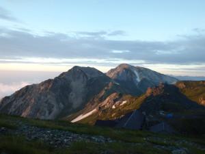 朝日をあびる杓子岳と白馬鑓ヶ岳